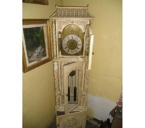 Reloj de pendulo de pedestal grande.
