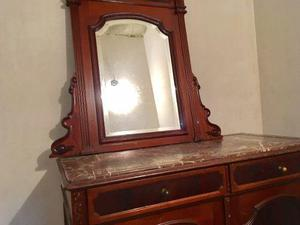 Espejo y gavetero antiguo de madera y tope de mármol