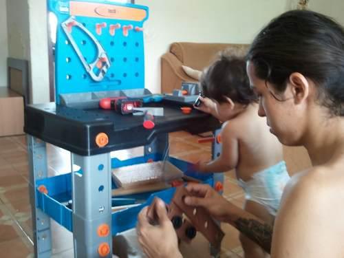 Mesita de trabajo (carpintería) de juguete para niños.