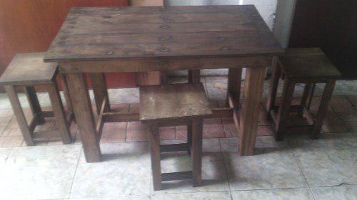 Mesa con cuatro vanquitos de palets