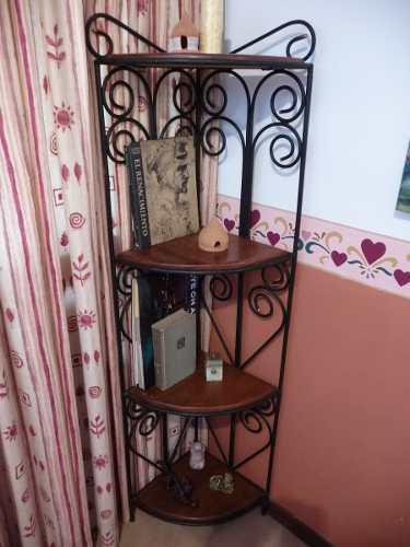 Mueble esquinero de madera y hierro forjado