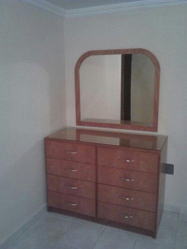 Peinadora de madera con su espejo en marco de madera