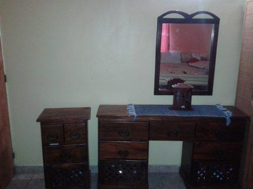 Peindora con espejo y mesa de noche