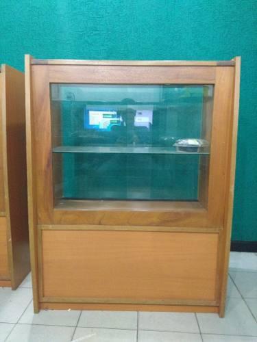 Mostrador exhibidor fabricado en madera y vidrio