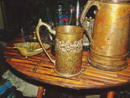 Jarra antigua de bronce grabado parte martillada buen estado
