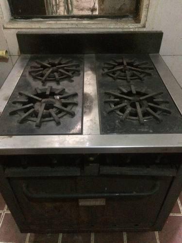 Vendo cocina semi industrial 4 hornillas y horno