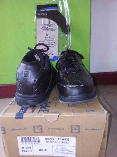 Zapatos de bowling y muñequera derecha