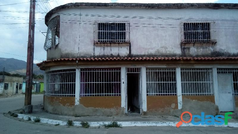 Casa para remodelar, ideal para residencia estudiantil.