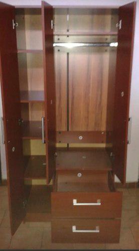 Closet de madera 3 puertas y 2 gavetas usado