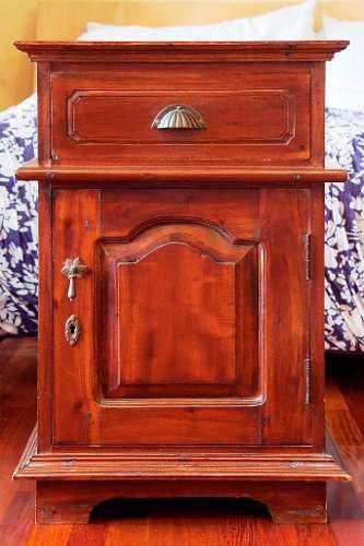 Mesa de noche madera pura con llave
