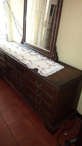 Peinadora con espejo 9 gavetas y dos mesas de noche