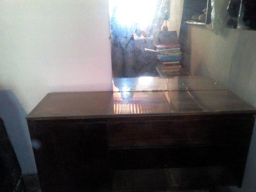 Peinadora madera caoba con espejo usada espaciosa