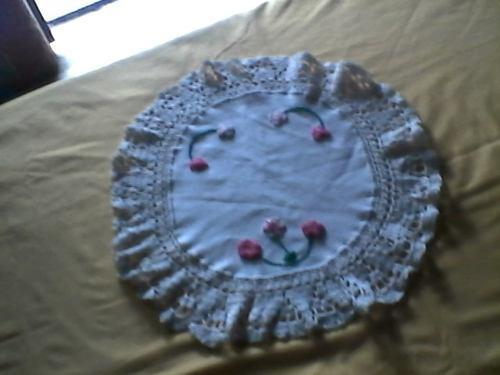 Tapetes centro tela lino con bordes y bordado de ganchillo.