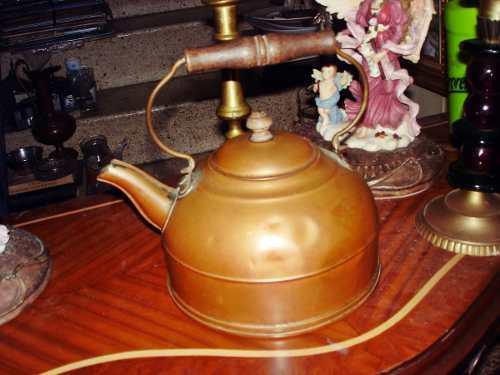Tetera de cobre antiguo asa de madera en buen estado para el