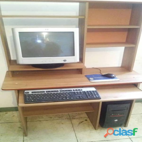 Computadora con mesa grande a: 150 $