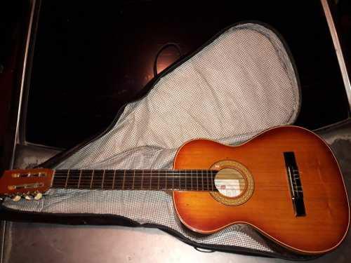 Guitarra acustica clasica sin detalles con su forro de cuero