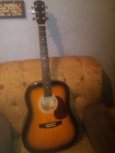 Guitarra electroacustica fender con forro y capotraste