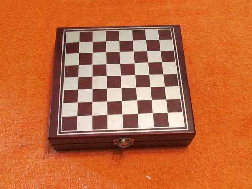 Juego de ajedrez de madera en su estuche-tablero
