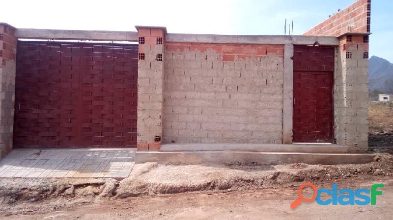 Se vende en san diego, valles de colina; amplia casa a terminar de 200 m2. negociable