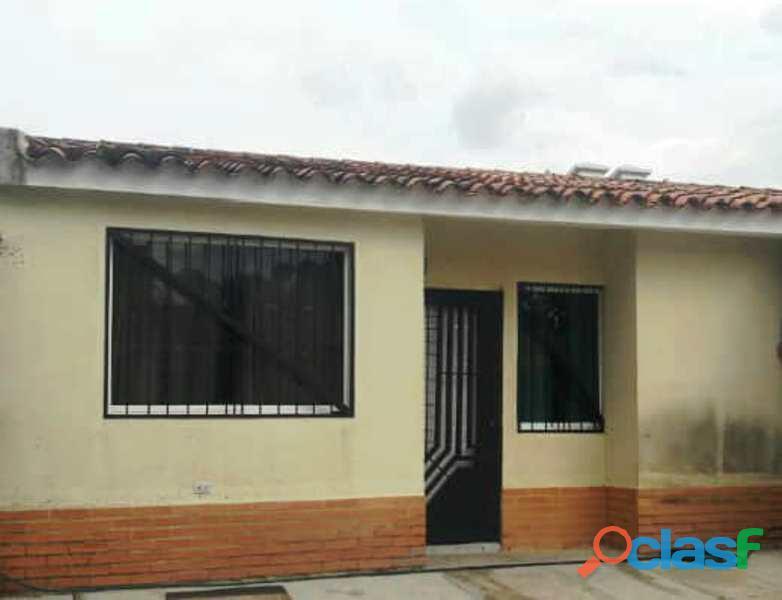 En venta amplia casa de esquina en san diego, conj. privado. negociable.