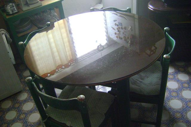 Se vende juego de comedor de 4 sillas, mesa de madera y