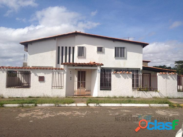 En venta hermosa y amplia casa de dos niveles en villa africana