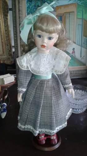 Muñeca de porcelana de pie de coleccion en buen estado