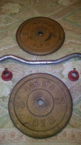 Barra modelada con pesas de 10kg c/u golds gym. 25 usa