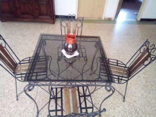 Juego de comedor de hierro forjado, madera y vidrio.