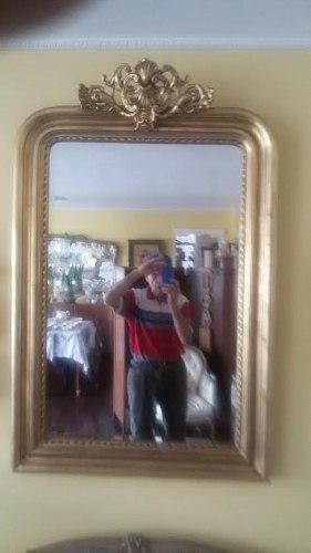 Bello y antiguo espejo hojilla de oro en muy buen estado.