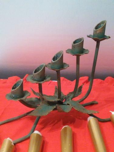 Candelabro navideño en hierro forjado incluye las 5 velas