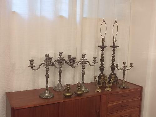Candelabros de bronce y lamparas antiguas
