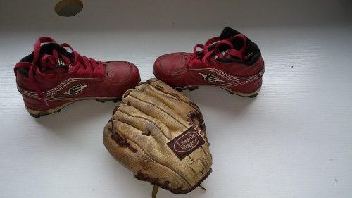 Zapatos tacos para beisbol vendo juego con guante