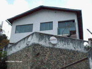Ikasa vende tres casas vía mucunután
