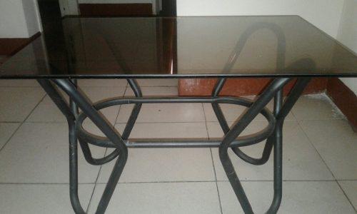 Mesa de hierro forjado con vidrio (25 $)
