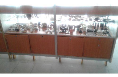 Vitrina mostrador exhibidor en vidrio y mdf