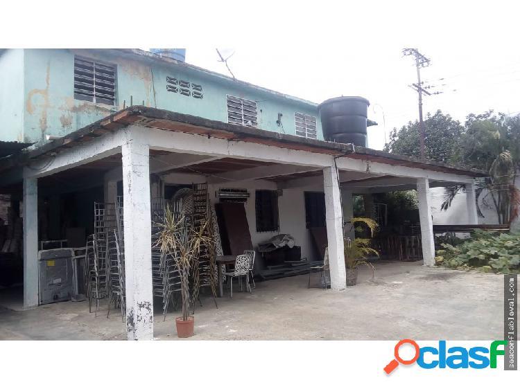 Se vende casa de dos niveles en zona comercial