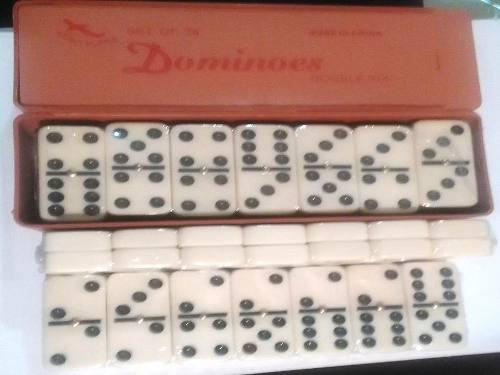 Juego de dominó grande. 28 piezas.