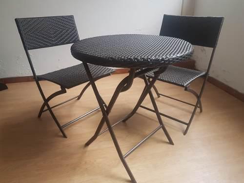 Mesa y dos sillas plegables tejidas mimbre sintetico