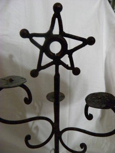 Candelabro de hierro forjado de 47 cms de alto.