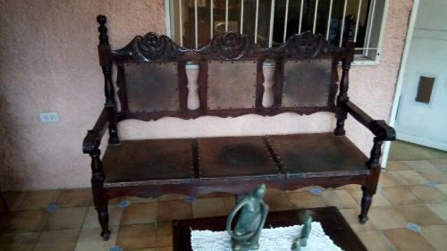 Juego muebles colonial madera cuero