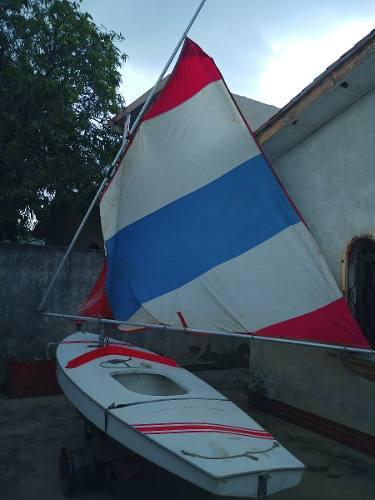 Velero sunfish de regata con todos sus aparejos