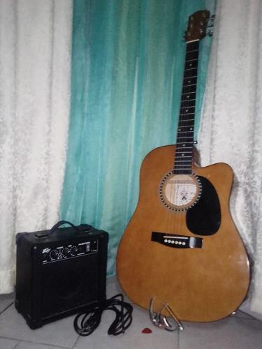 Guitarra electroacústica + complementos *(125)*