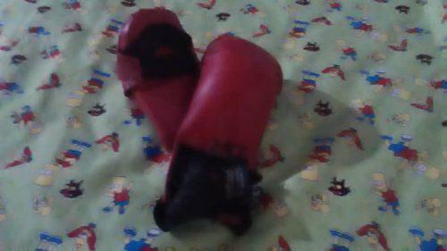 Karategui usado con guantes de combate