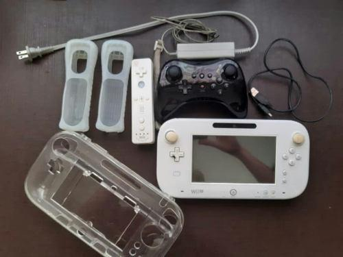 Wii u blanca con controles y juegos