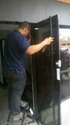 Reparacion mantenimiento puerta de vidrio templado baños