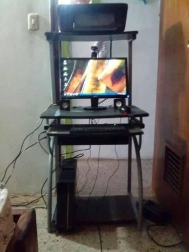 Computadora de mesa completa con todo sus accesorios