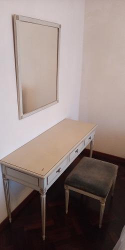 Peinadora antigua con espejo y silla