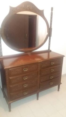 Peinadora con espejo y 8 amplias gavetas. gavetero