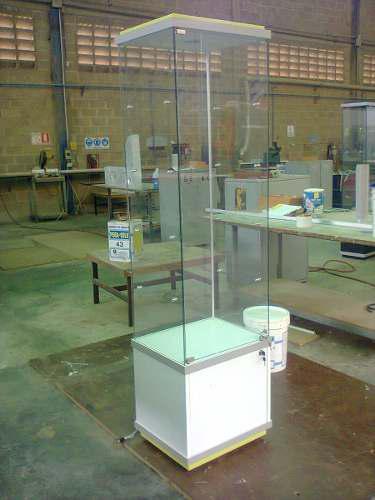 Vitrina exhibidora de vidrio con iluminacion y deposito